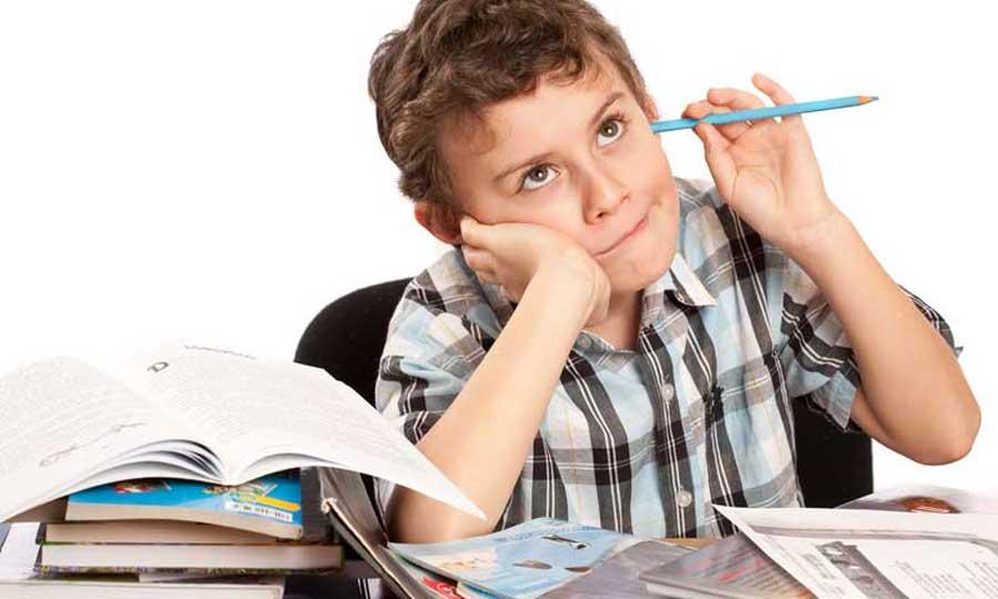 bambino studia matita